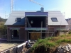 Gartenseite: Dach fertig, Dachfenster auch, aber noch keine Fenster im Baukörper. Status 16.9.2011